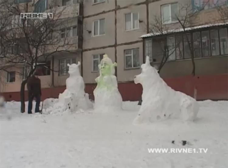 У рівненських дворах оселились снігові герої