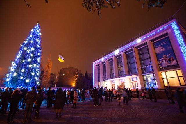 Першу в Україні новорічну ялинку відкрили в Черкасах